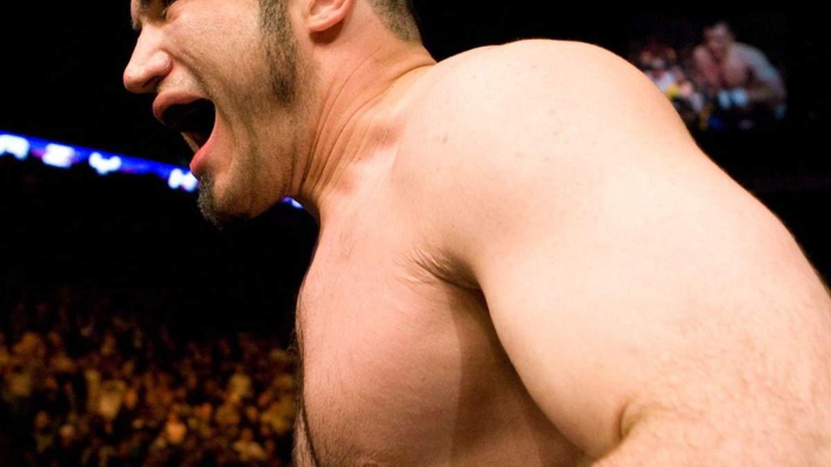 """Боец ММА, который нокаутировал соперника за поцелуй, не скучает """"на пенсии"""": брутальное видео"""