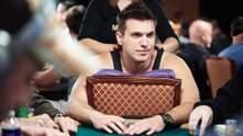 Становитесь в очередь: дерзкий американец продолжает бросать вызов звездам покера